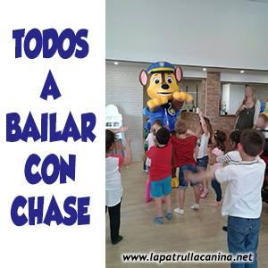 A Chase le encanta jugar y bailar con los niños